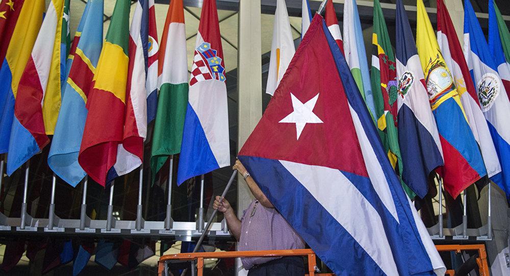O Departamento de Estado, nos EUA, acrescentou à sua fachada mais uma bandeira, a de Cuba. Contudo, a embaixada dos EUA em Cuba ainda não tem a dos EUA