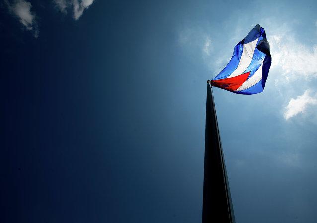Bandeira cubana tremula sobre sua nova embaixada em Washington.