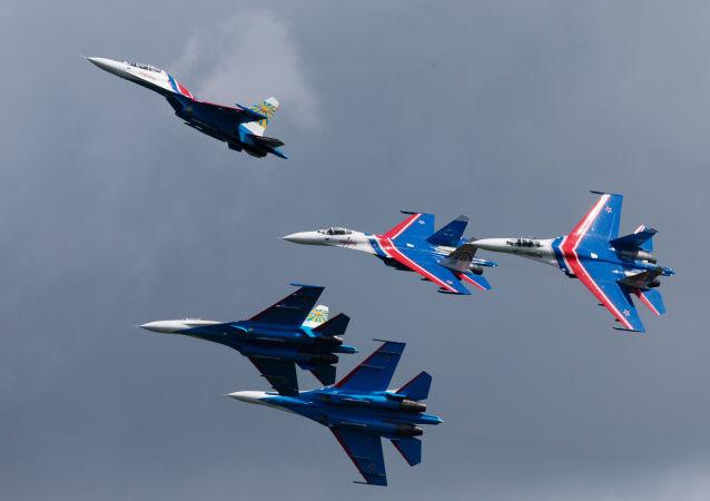 Grupo de pilotagem Russkie Vityazi, composto por aviões Sukhoi, durante show no VII Salão Naval em São Petersburgo