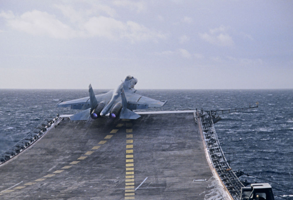 Um caça ultrassônico Su-27K decola do cruzeiro porta-aviões Almirante Kuznetsov, da Frota do Norte da Federação da Rússia