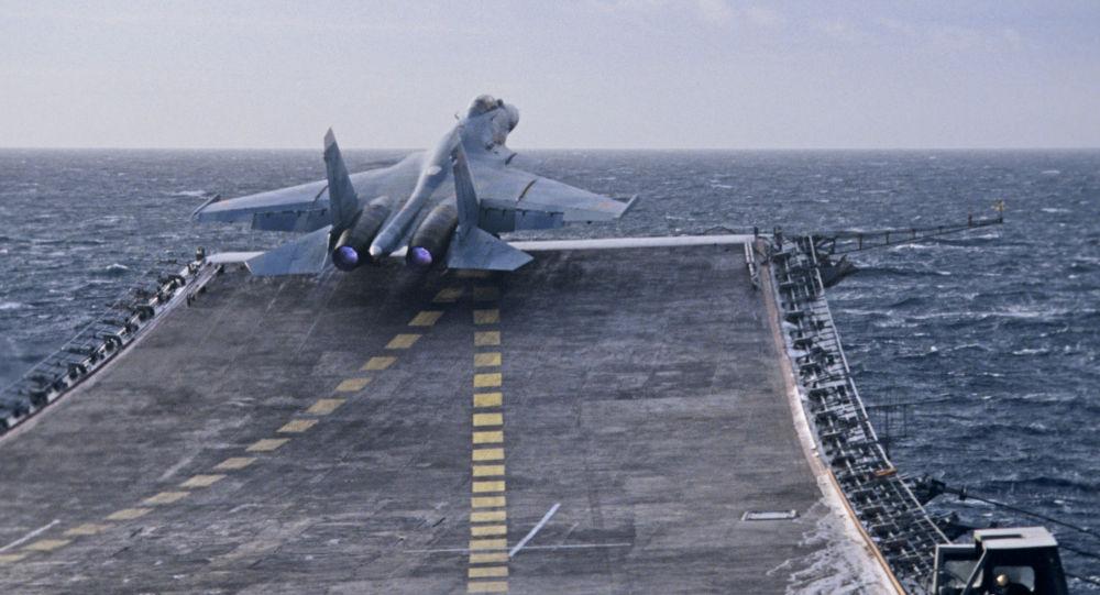 Um caça ultrassônico Su-27K decola do cruzeiro porta-aviões Almirante Kuznetsov, da Frota do Norte da  Rússia