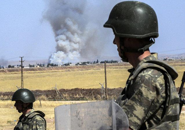 Soldados turcos guardam fronteira com a Síria, na região de Sanliurfa