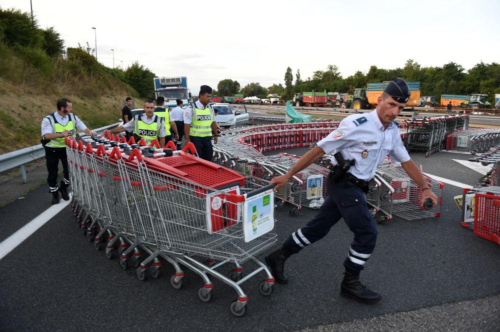 Policiais desbloqueiam estrada durante greve de agricultores franceses