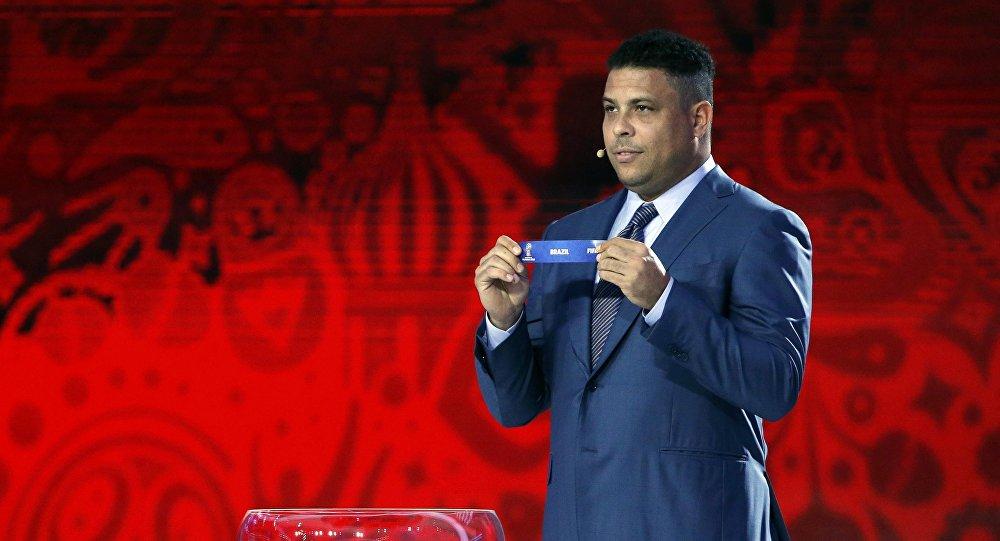 Ronaldo sorteia o nome do Brasil no sorteio preliminar da Copa do Mundo da FIFA Rússia 2018, 25 de julho de 2015