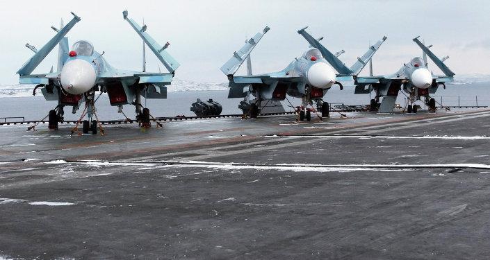 Caças Su-33 a bordo do porta-aviões russo Admiral Kuznetsov (foto de arquivo)