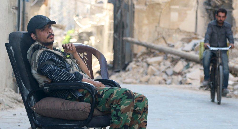 Combatente do exército sírio na cidade velha de Aleppo, Síria em 13 de julho de 2015