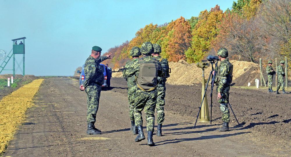 Militares do Serviço de Fronteiras ucranianos patrulham a fronteira russo-ucraniana