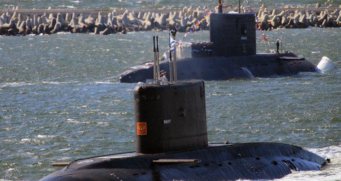 Submarino Vyborg (primeiro plano) e submarino Stary Oskol durante o ensaio da parada do Dia da Marinha russa.