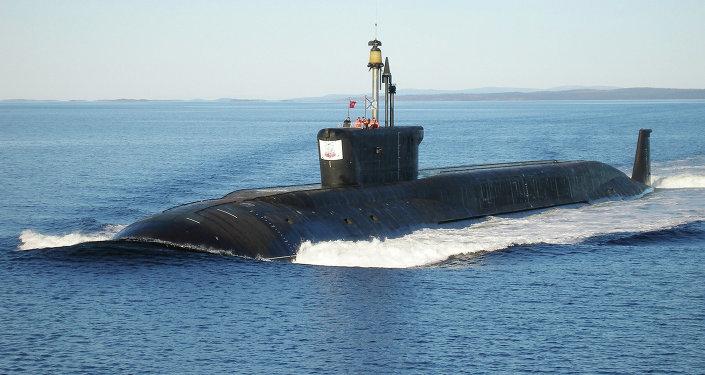 K-535 de classe Borei submarino de mísseis balísticos Yuri Dolgorukiy no mar.