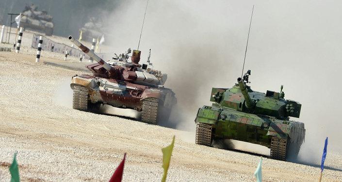 Tanque chines 96A e blindado russo T-72B durante o biatlo de tanques de 2014 no polígono de Alabino (foto de arquivo)