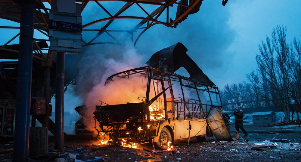 Ônibus atingido durante bombardeio em Donetsk