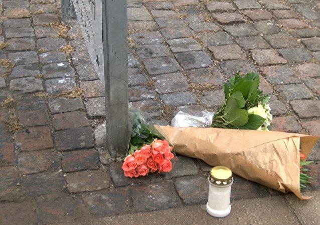 Pessoas depositam flores no local do atentado em Copenhague