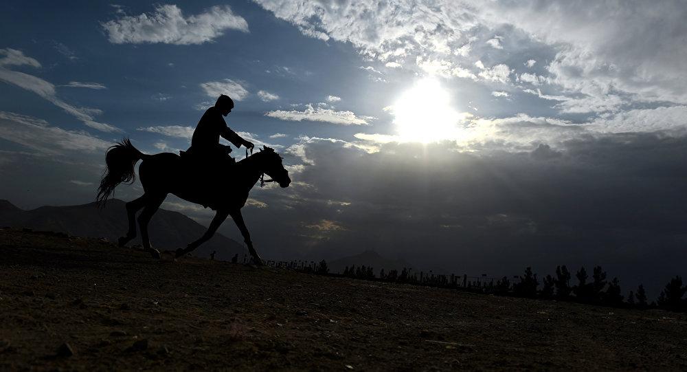 Homem afegão vai de cavalo