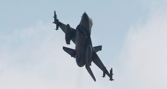 Caça F-16 da Força Aérea da Turquia decolando da base de Incirlik, operada em parceria com a Força Aérea dos EUA e localizada na província de Adana