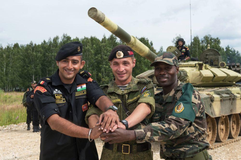 Os militares das forças armadas da Índia, Rússia e Angola (esquerda para a direita) no polígono de Alabino na região de Moscou, preparando-se para os Jogos Internacionais de Exército 2015.