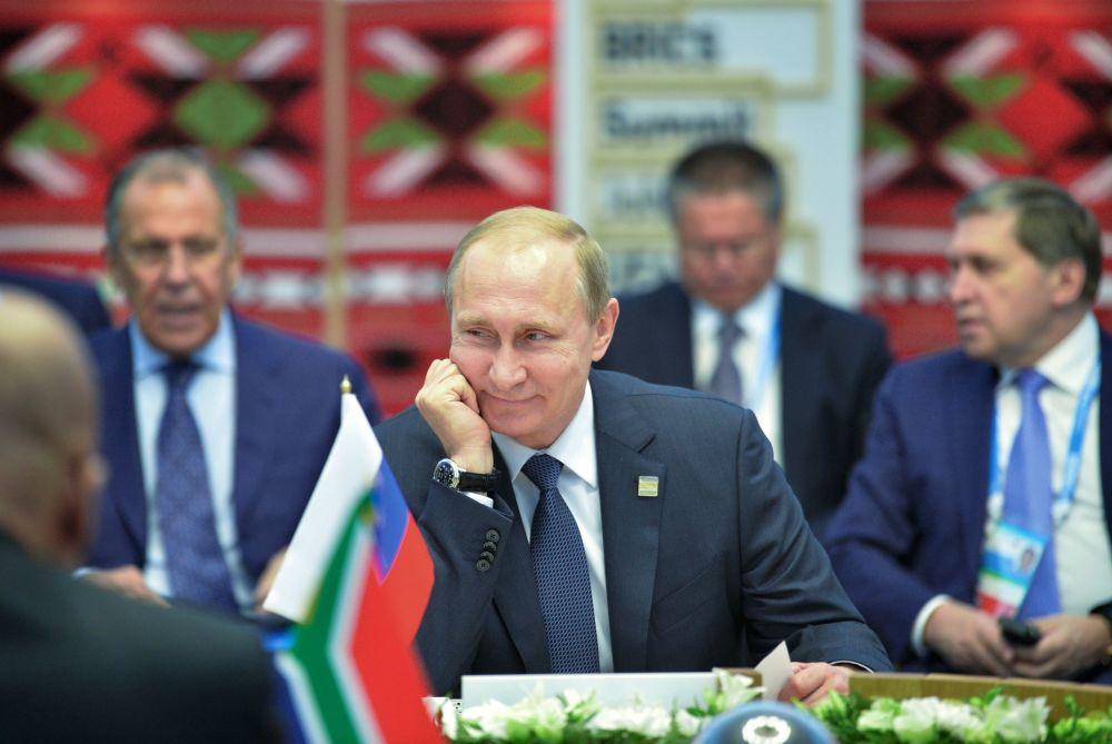 Presidente da Federação da Rússia, Vladimir Putin, durante encontro em formato reduzido com os líderes do BRICS em Ufa