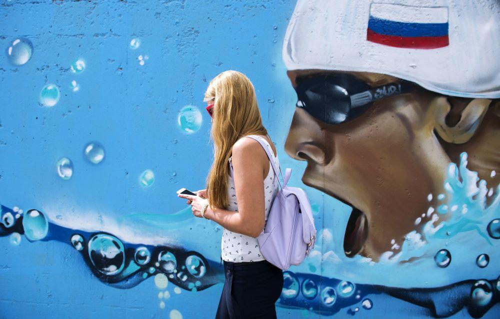Jovem russa caminha por uma das ruas de Kazan, às vésperas do Campeonato Mundial de Esportes Aquáticos de 2015