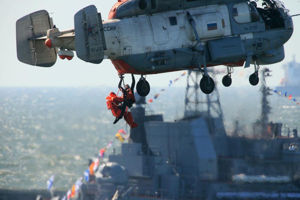 Helicóptero de busca e resgate Ka-27PS, durante ensaio geral da parada em homenagem ao Dia da Marinha da Rússia, realizado no canal de Baltiysk