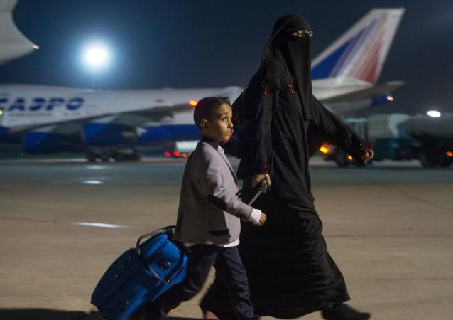 Cidadãos do Iêmen, evacuados pela aeronave do ministério de Emergências da Rússia em função do conflito armado no país, desembarcam no aeroporto Domodedovo, em Moscou