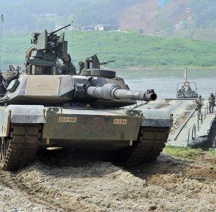 O tanque norte-americano M1A2 durante exercícios conjuntos dos EUA e a Coreia do Sul na cidade fronteiriça de Yeoncheon, a nordeste de Seul, em 30 de maio de 2013