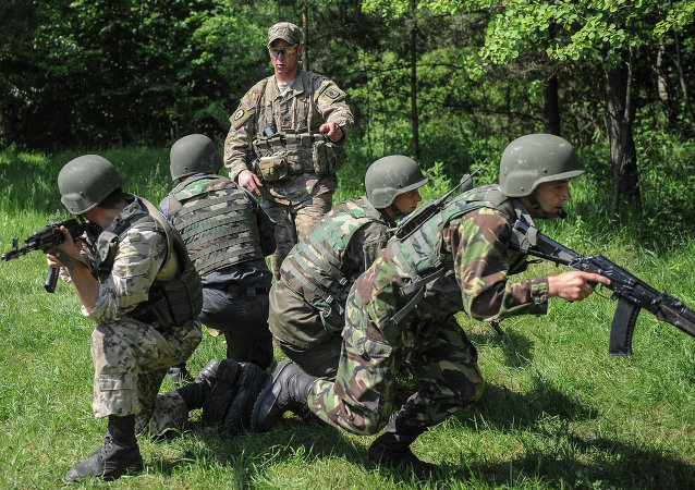 Soldados americano treina militares ucranianos durante exercícios perto de Lvov