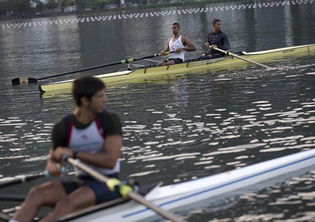 Atletas treinam na Lagoa Rodrigo de Freitas, no Rio de Janeiro, Brasil, em 30 de julho de 2015.