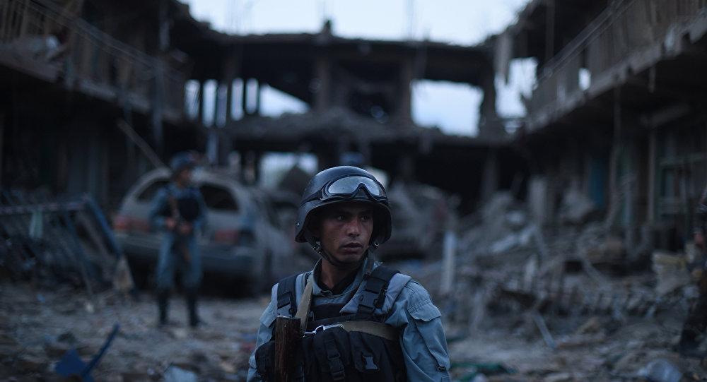 Policial afegão monta guarda no mercado explodido no dia 7 de agosto em Cabul