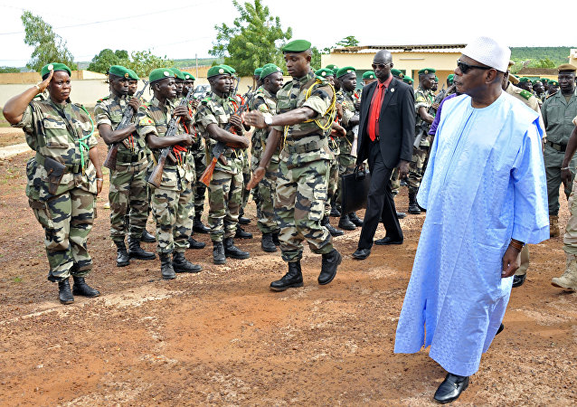 Militares do exército recebendo a visita do presidente do Mali, Boubacar Keita, na última quinta-feira em Kati