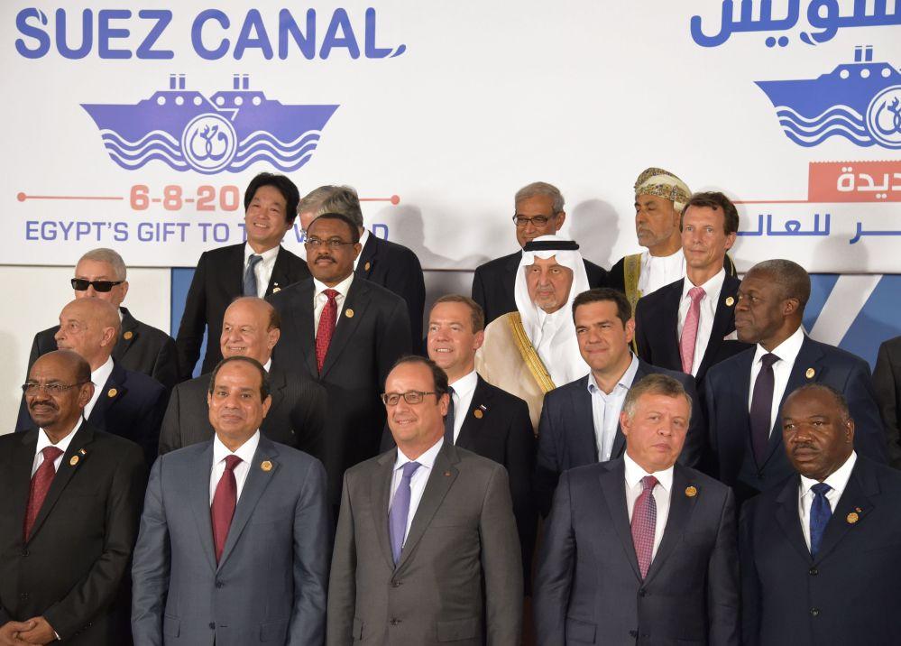 Foto coletiva depois da cerimônia de abertura da nova via do canal de Suez na cidade egípcia de Ismailia