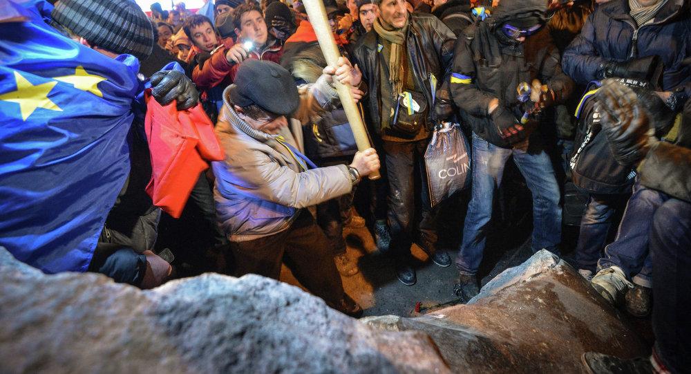 Ucranianos derrubam monumento de Lenin em Kiev