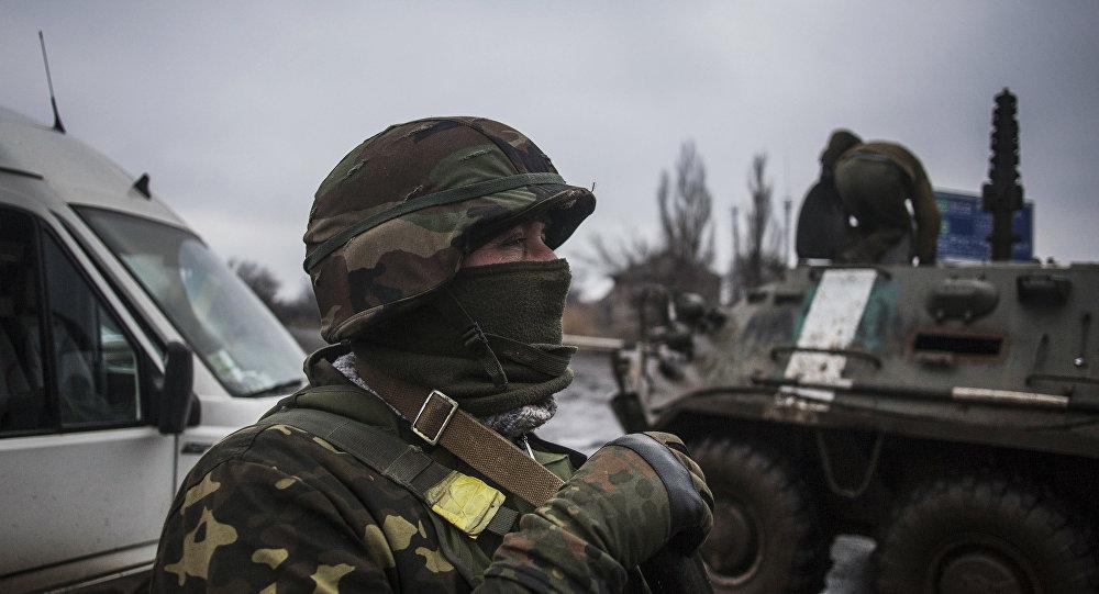 Soldado ucraniano perto de Debaltsevo
