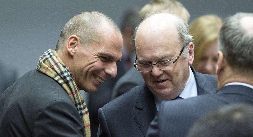 O ministro das Finanças grego, Yanis Varoufakis (D), conversa com seu colega irlandês Michael Noonan