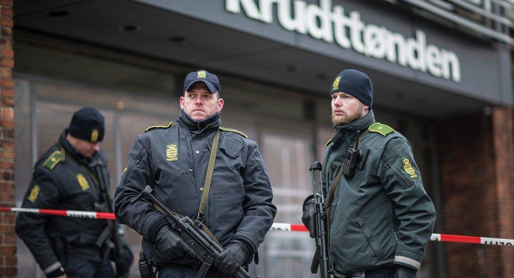 Polícia de Copenhague junto ao café Krudttonden