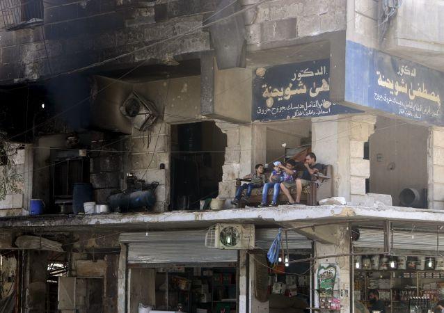 Moradores de Aleppo (Síria) ficam na varanda do edifício quase destruído. 1 de agosto, 2015