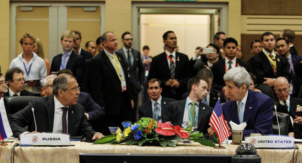 O chanceler russo Sergei Lavrov (à esquerda) falando com o secretário de Estado dos EUA, John Kerry, antes da cúpula da Associação de Nações do Sudeste Asiático (ASEAN).
