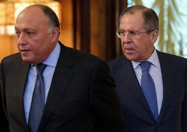 Chanceleres da Rússia, Sergei Lavrov (direita), e do Egito, Sameh Shukri (esquerda)