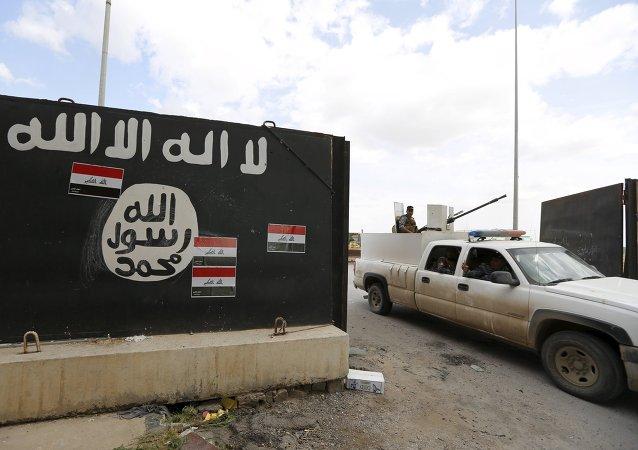 Figuras desenhadas por simpatizantes do Estado Islâmico em Tikrit, no Iraque, em 1 de abril de 2015