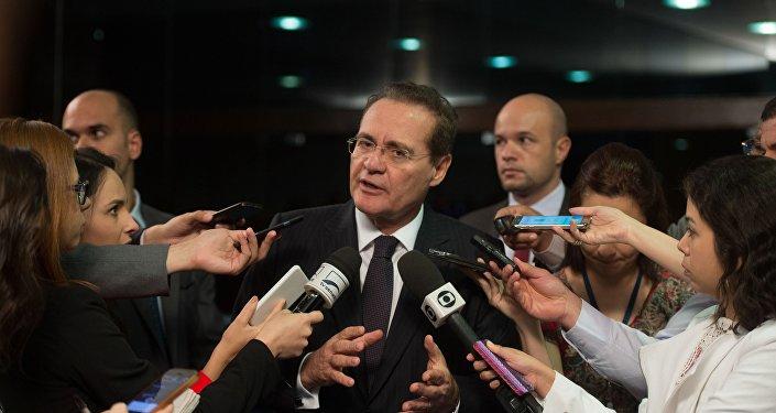 O presidente do Senado, Renan Calheiros, durante entrevista no Congresso Nacional