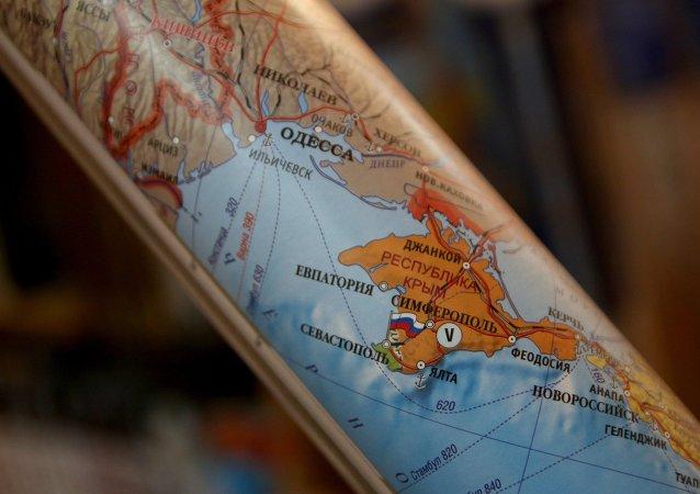 Mapa político mostrando Crimeia como parte da Federação Rússa