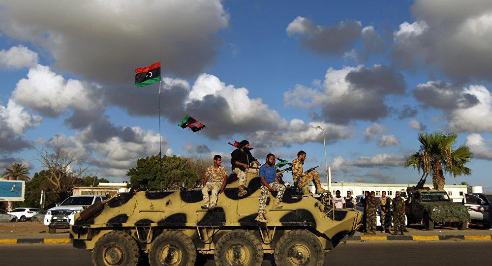 Soldados do exército líbio durante patrulha em Bengazi, nesta sexta-feira, 14 de agosto