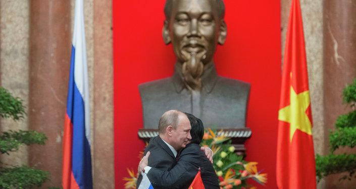 O presidente russo, Vladimir Putin, em encontro com o presidente vietnamita, Truong Tan Sang, durante visita a Hanói em novembro de 2013