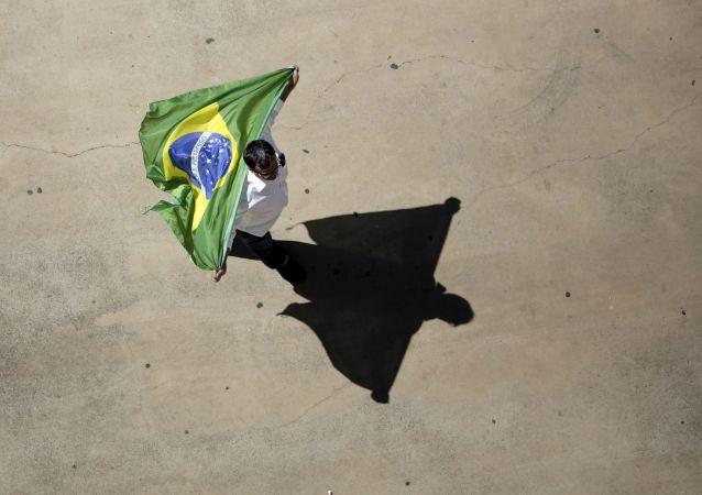 Um participante de protestos contra a presidente do Brasil, Dilma Rousseff. Brasilia, 16 de agosto de 2015.
