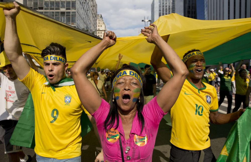 Manifestantes gritam slogans antigovernamentais segurando uma bandeira gigante com a palavra Impeachment escrito, durante os protestos do domingo contra corrupção e desaceleração econômica que se expandiram por todo o país, e contaram com a participação de milhares de pessoas. São Paulo, 16 de agosto de 2015.