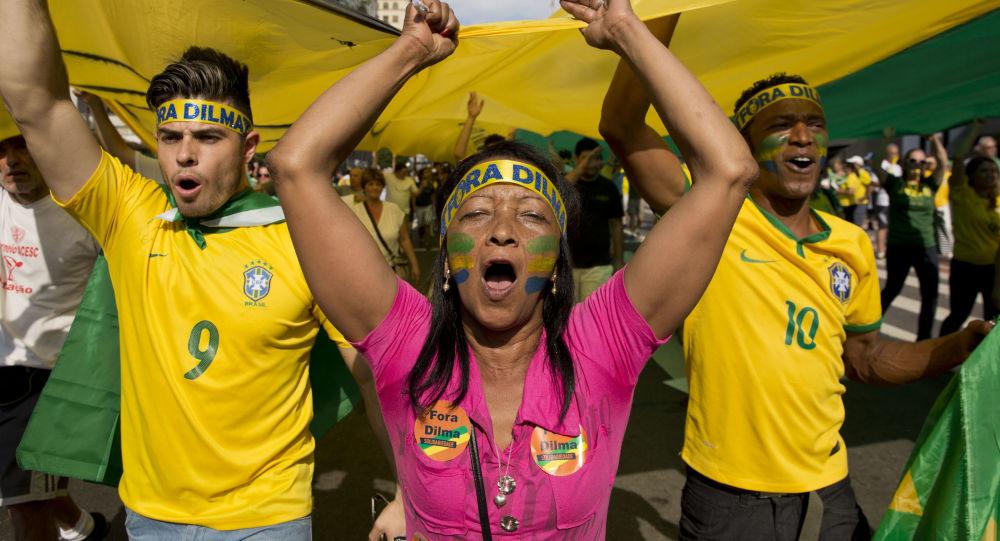 Manifestantes gritam slogans anti-governamentais segurando uma bandeira gigante com a palavra Impeachment escrito, durante os protestos do domingo contra corrupção e desaceleração econômica que se expandiram por todo o país, e contaram com a participação de milhares de pessoas. São Paulo, 16 de agosto de 2015.