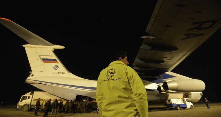 Avião do Ministério de Emergências da Rússia no aeroporto de Lataquia, na Síria