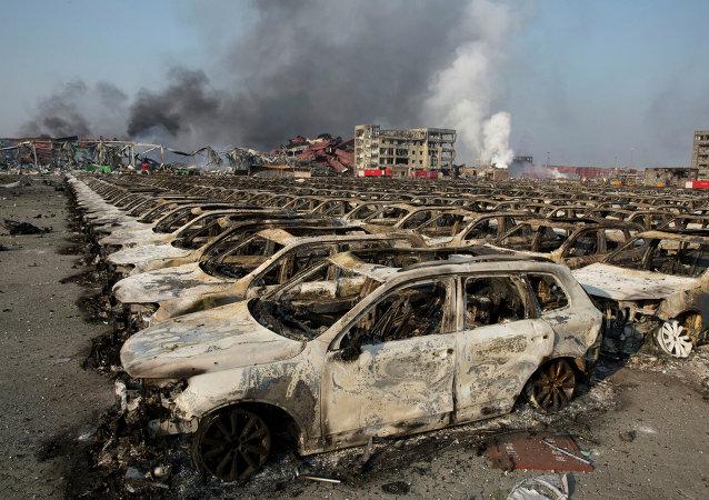 Milhares de automóveis novos que estavam no porto de Tianjin ficaram carbonizados.
