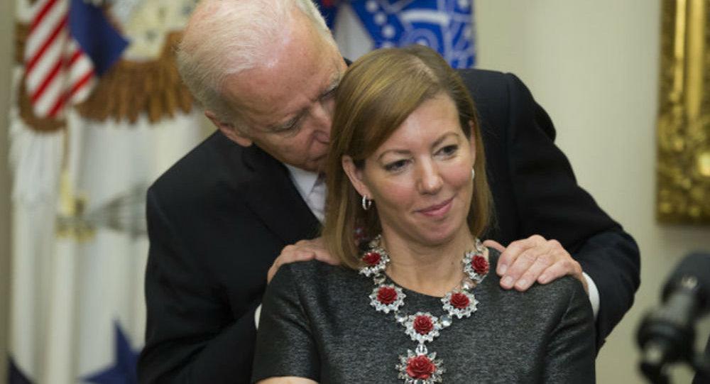 Vice-presidente Joe Biden abraçando mulher de Ashton Carter