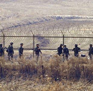 Foto de arquivo. 27 de março de 2013. Soldados sul-coreanos perto da zona desmilitarizada na fronteira com a Coreia do Norte
