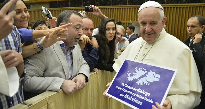 Papa Francisco recebe o cartaz pregando o diálogo entre Londres e Buenos Aires sobre as Malvinas.