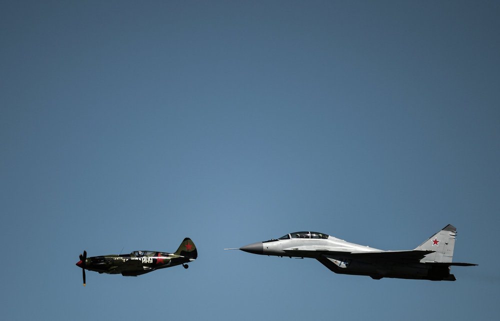 Aeronave da época da Segunda Guerra Mundial MiG-3 (à esquerda) e MiG-29 no ensaio final de abertura do MAKS 2015.